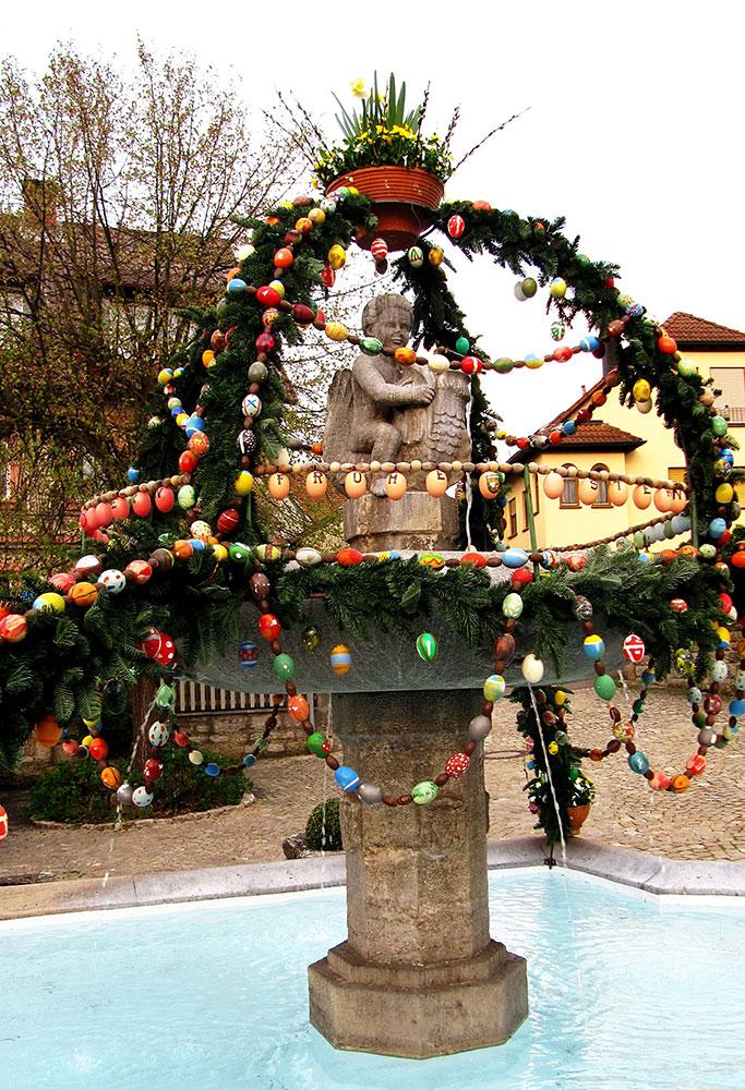 Brunnen mit Osterschmuck, Edmund Faas 2021